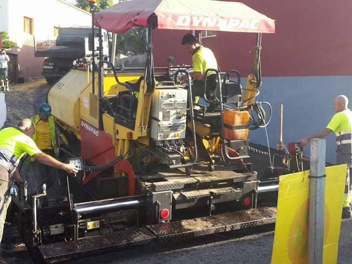 Se inician las labores de asfaltado en la Vera de Arriba