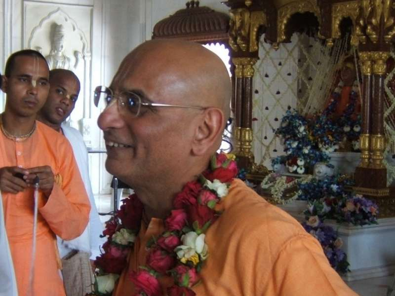 Su Santidad Bhakti Charu Swami Maharaj viaja a Arona
