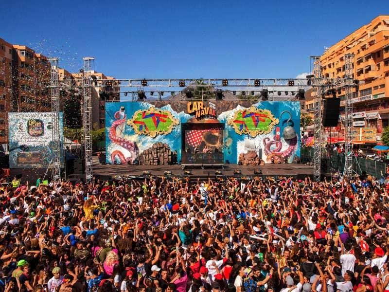 El Carnaval de Día y el Coso de Los Cristianos superaron las 35.000 personas