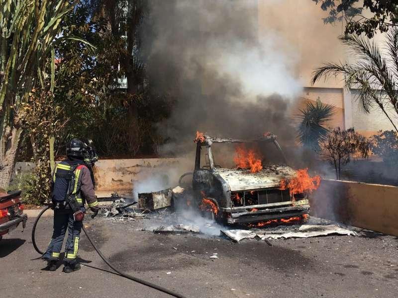 Bomberos de Tenerife extingue un incendio originado en una autocaravana