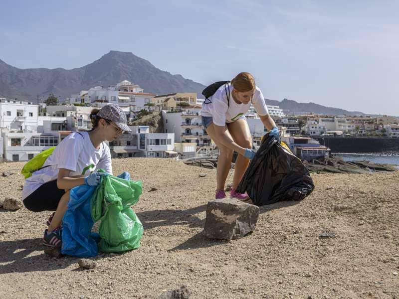 Onda TenerifeMás de cien personas participan en la limpieza de La Caleta